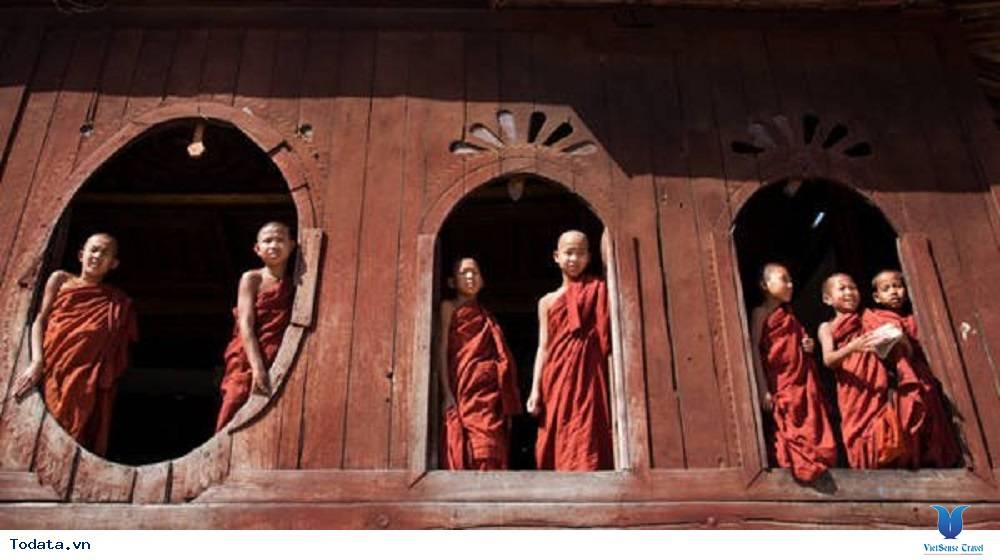 Hòa mình vào cuộc sống trong tu viện hình ovan của Myanmar
