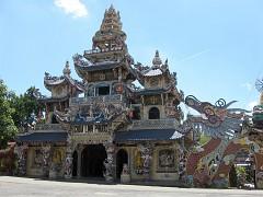 Ngôi chùa Ve chai hút khách ở Đà Lạt