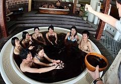 Thử tắm rượu Sake ở Nhật Bản