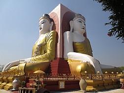Chùa Tượng Phật 4 Mặt Kyaitpun giữa bầu trời xanh ngắt