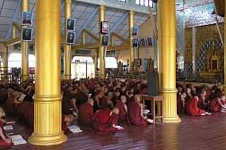Đến tu viện kyat khat wine gặp những nhà sư mặc áo đỏ