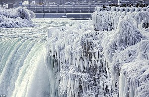 Đứng hình trước con tháp đóng băng dưới nhiệt độ -67 độ C