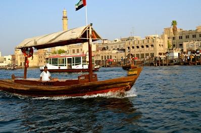 Taxi nước qua vịnh Dubai