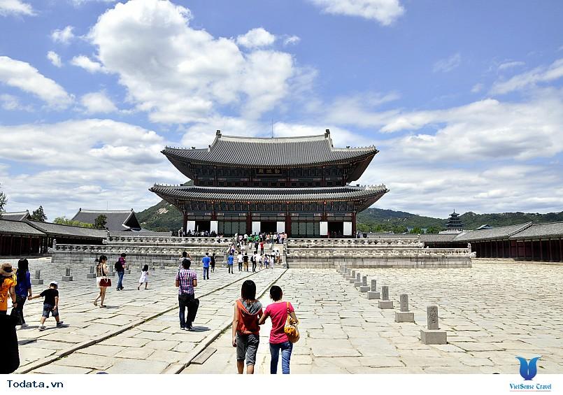 Cung điện Gyeongbok soi bóng nét cổ kính giữa đô thị hiện đại - Ảnh 3