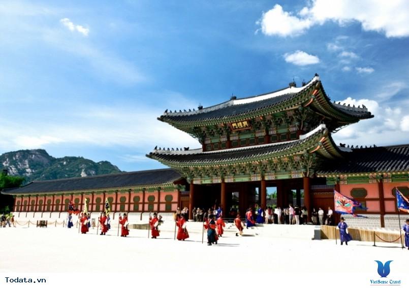 Cung điện Gyeongbok soi bóng nét cổ kính giữa đô thị hiện đại - Ảnh 2