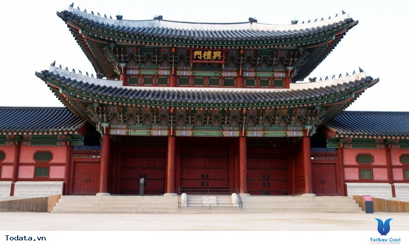 Cung điện Gyeongbok soi bóng nét cổ kính giữa đô thị hiện đại - Ảnh 1