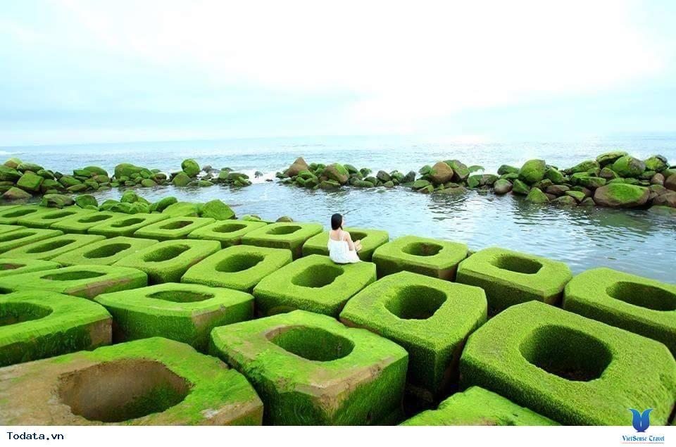 Kè chắn sóng Xóm Rớ thành bãi đá rêu xanh hút hồn du khách - Ảnh 2