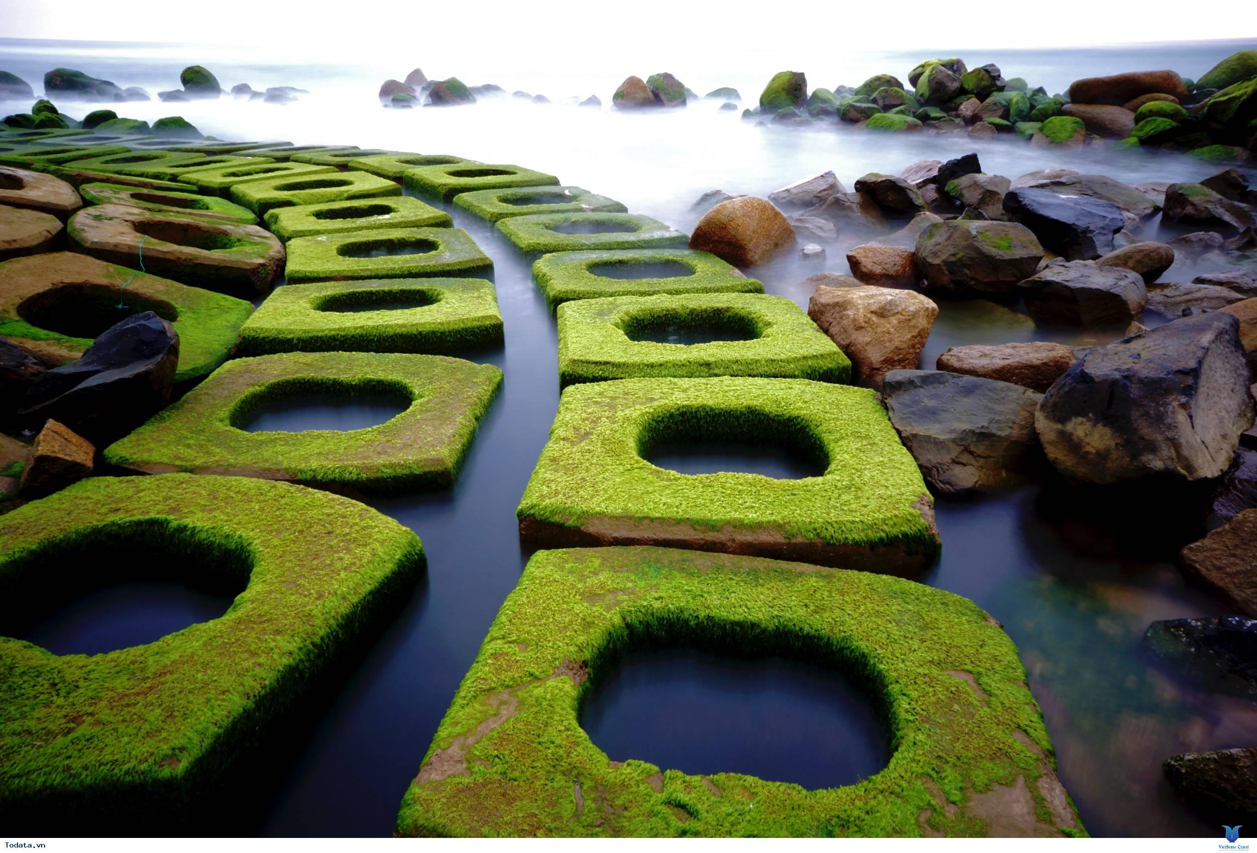 Kè chắn sóng Xóm Rớ thành bãi đá rêu xanh hút hồn du khách - Ảnh 5
