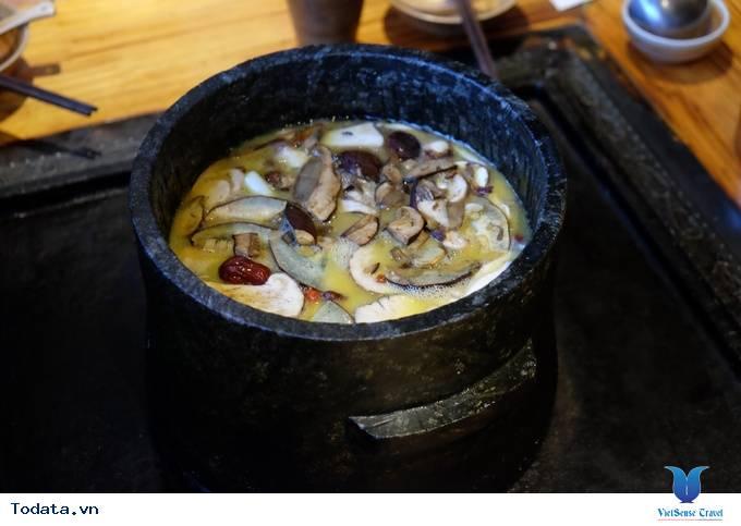 Thích thú với lẩu nướng trên bếp đá ở Lệ Giang, Trung Quốc - Ảnh 2