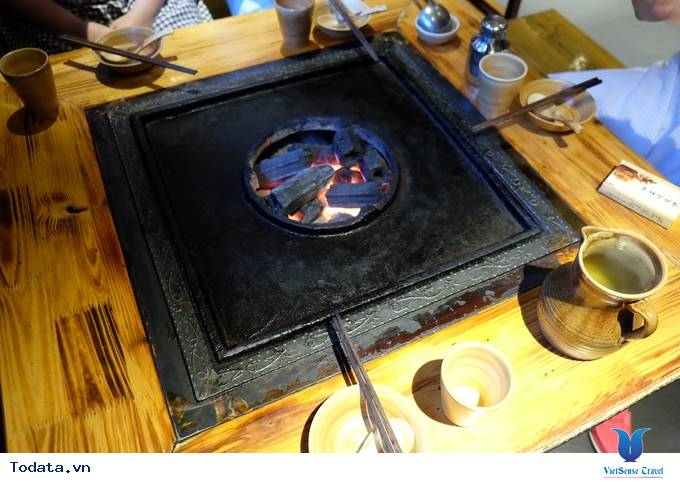 Thích thú với lẩu nướng trên bếp đá ở Lệ Giang, Trung Quốc - Ảnh 1